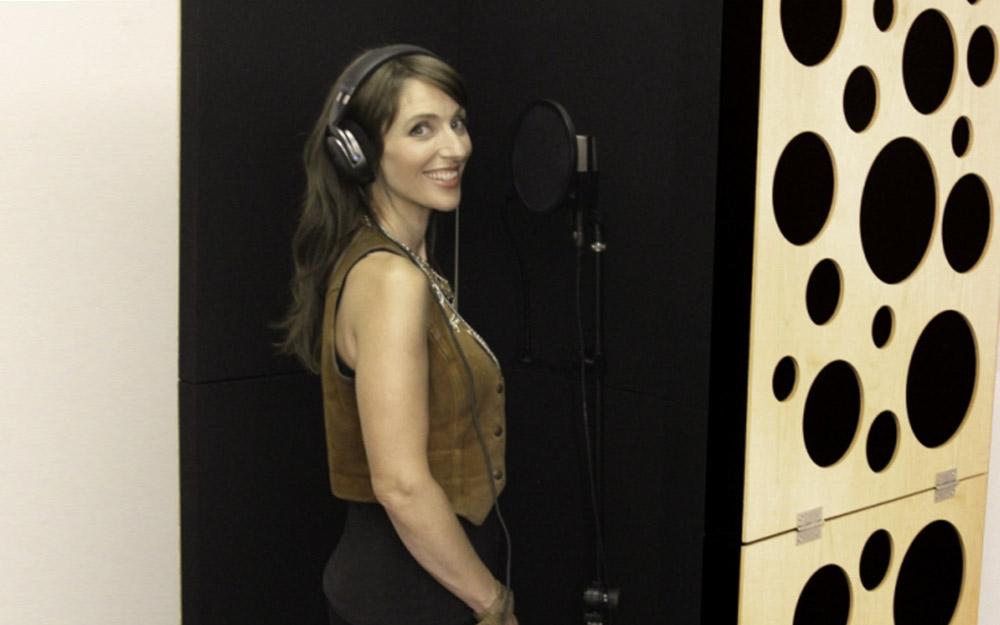 News: GIK Acoustics Portable Isolation Booth im Einsatz als Gesangskabine