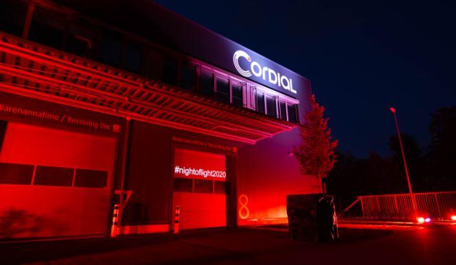 """""""Night of Light 2021"""" – Cordial beteiligt sich wieder mit rot beleuchtetem Firmengebäude"""